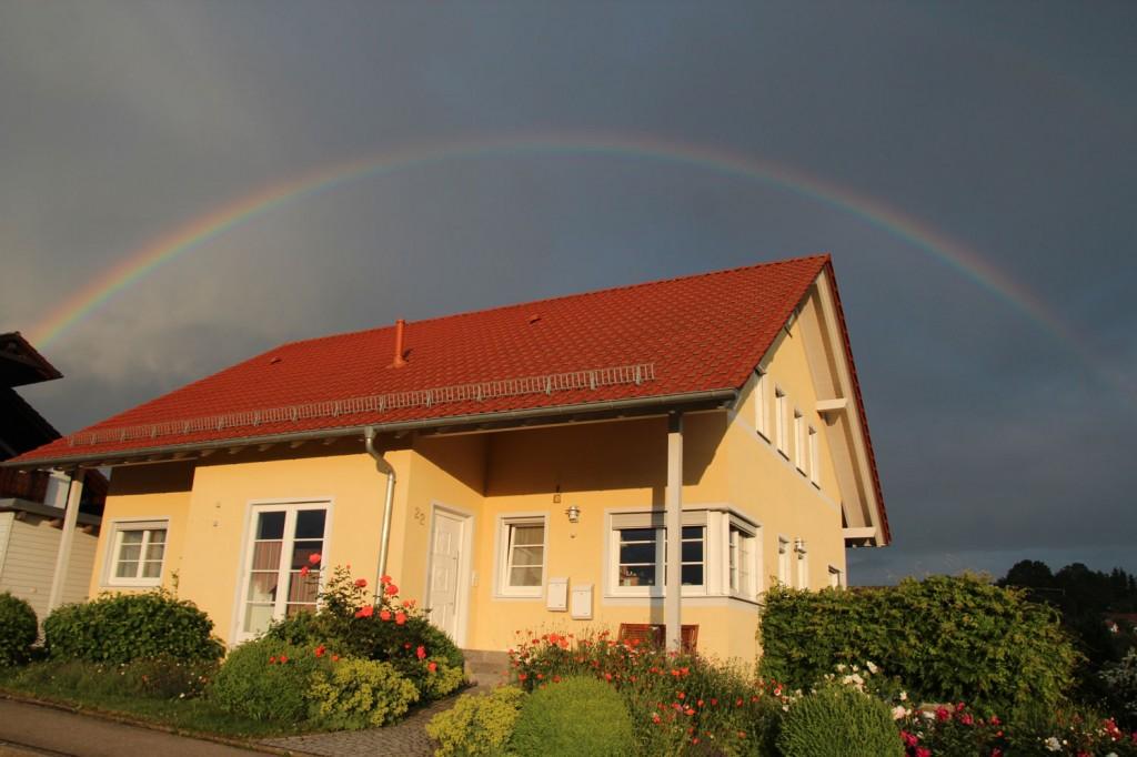 Ein Regenbogen spannt sich über das Haus Köberle